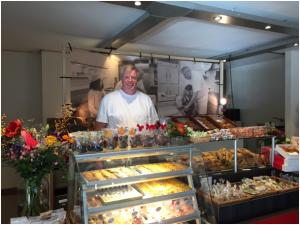 Een trotse Vincent Schmidt in zijn nieuwe onderkomen aan de Driehuizerkerkweg 46 in Driehuis.